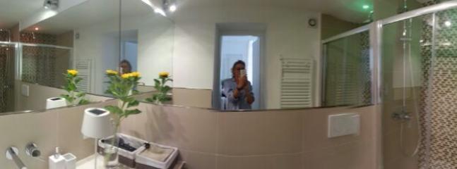 Bagno nuovissimo, con mosaico nel box doccia e dotato di lavatrice