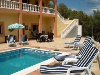 VILLA SUNSHINE, con piscina privada y jardin.