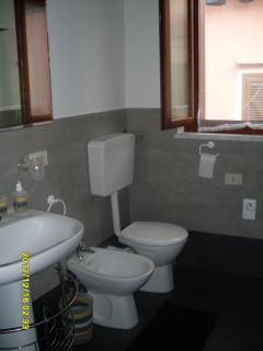 bagno con finestra -lavandino-bidet-water