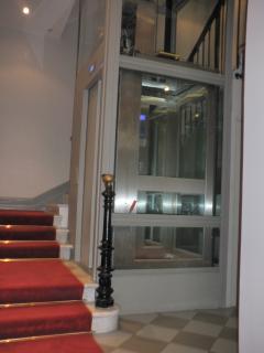 Hall d'entree de l'immeuble avec ascenseur en verre