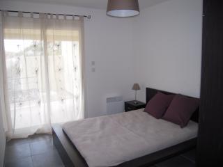 Chambre avec lit double et petite terrasse attenante