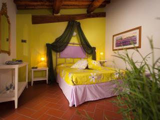 B&B Antico Granaione Lavender bedroom, Rapolano Terme
