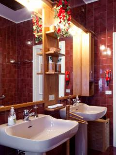 A luxurious two floor, fully equipped bathroom. Large room with bathtub and jet shower 110x120