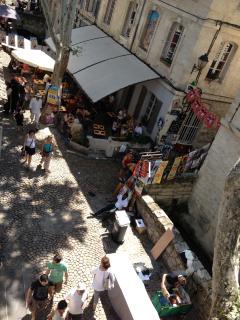 Vue de la rue des Teinturiers depuis l'appartement pendant le festival