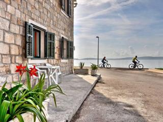 Seafront Apartment near Split, Kastel Kambelovac