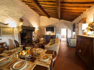 Elegant Tuscan-style villa in magnificent setting, ideal place for a relaxing holiday