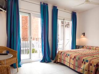CAROL: 1 MINUTE TO BEACH COZY FLAT, Sitges