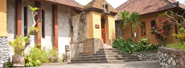 L'entrée de la villa et son parking.