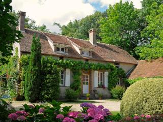 ROMANTIC 'IRIS'  COTTAGE NEAR FONTAINEBLEAU