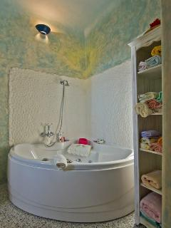 Jacuzzi.The en-suites bathroom of the master bedroom has a bathtub with jacuzzi & a seperate sho