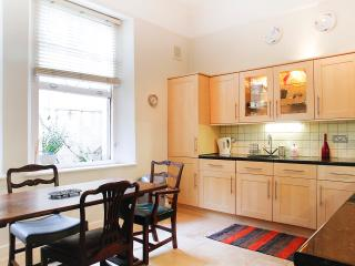 Large flat w/ live-in cat, good link Victoria,golf
