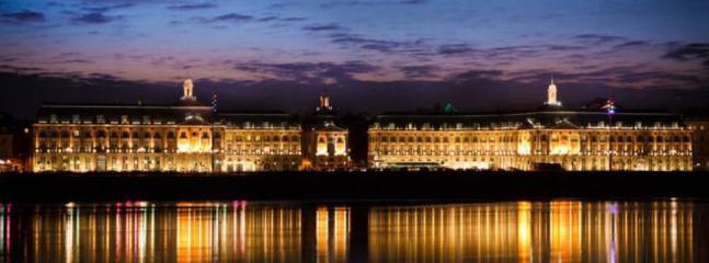 Place de la Bourse à Bordeaux dans la nuit : 15 minutes en voiture du Domaine de cabirac.