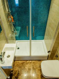 Turquoise tiled en-suite bathroom 2