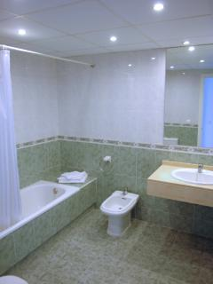En suite for the twin bedded blue bedroom