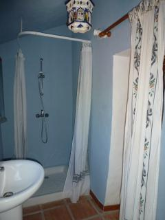 bathroom 3 ( belonging to the apartment)