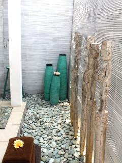 Salle de bain semi-ouverte attenante à la chambre