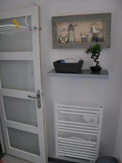 salle de bain au 1 er étage avec toilette séparé .