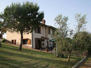 Detached Tuscan villa with private garden, Montespertoli