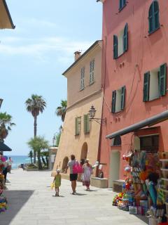 La piazza sul mare di San Lorenzo al mare. L'alloggio in affitto si trova nella casa rosa
