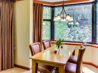 Spacious condo w/ ski access, pools/hot tubs, golf, etc!, Lake Tahoe (California)