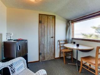 Oceanfront upstairs condo w/beach access - dogs welcome!, Waldport