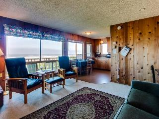 Walk to the beach from this comfortable, oceanfront, dog-friendly home!, Waldport