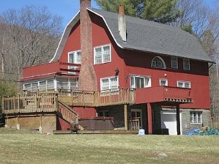 Charming Converted Barn On 2+ Acres  Walk To Town, Woodstock