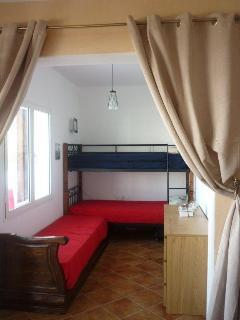 la 2eme chambre (3 lits simples) ; 2nd room (3 single beds)