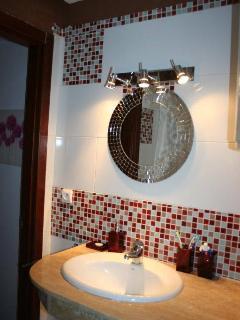 salle de bains (lavabo, toilettes et cabine de douche); bathroom with shower cabin