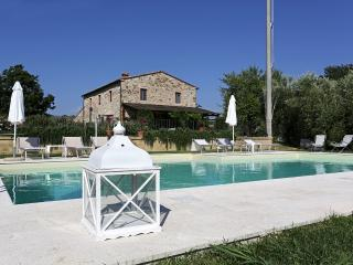 Country villa surrounded by stunning Tuscan landsc (safe area)