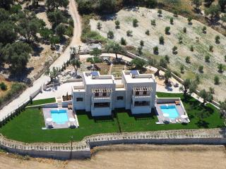 Giannoudi Villa for Big Groups, 3.5km to Beach, Pool, Jacuzzi,Children Toys& BBQ