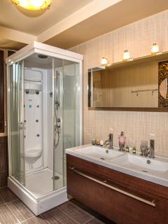 Second Main Bathroom with walk in Shower/Jacuzzi
