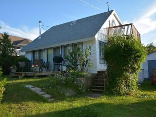 Baysview Cottage -VIEW OF THE WATER, WALK TO THE BEACH 2 MIN, DETAILED WITH LOVE