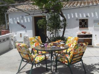 Cuevas Bazavista Short walk to town tranquil area , private pool and free Wifi