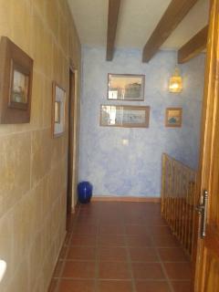 subida del primer piso al segundo, a la izquierda acceso al dormitorio a la derecha al baño