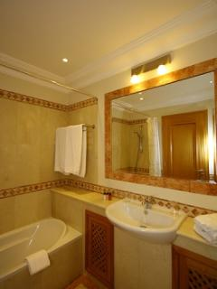 MASTER BATHROOM. TOWELS ARE INCLUDED