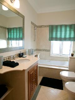 GUEST BATHROOM. TOWELS ARE PROVIDED