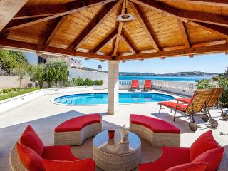 VILLA TIHANA, sea front house