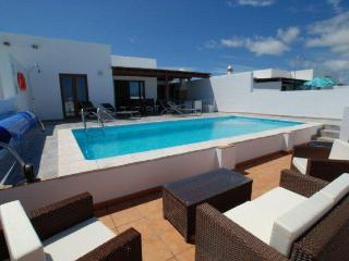 Bay View Villa - Heated Private Pool & Free WIFI
