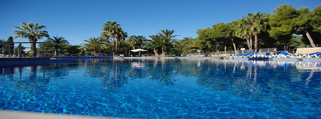3 lovely well equipped swimmingpools*.Top pool has a bar, with lovely seaviews over the med.