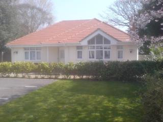 BOURNECOAST: STUNNING LUXURY BUNGALOW NEAR TO THE LOCAL SHOPS & SEAFRONT -HB1473