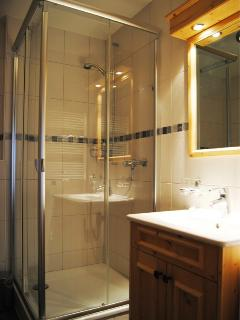 4 modern bathrooms all with bath or shower