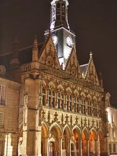 Hotel de ville médiéval, flamboyant sur la place flamande