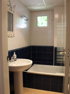 Cuarto de baños completo a la salida del dormitorio doble , en el pasillo