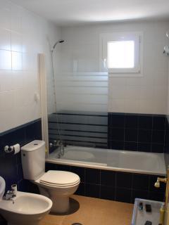 Cuarto de baños completo en el interior de la habitacion de matrimonio