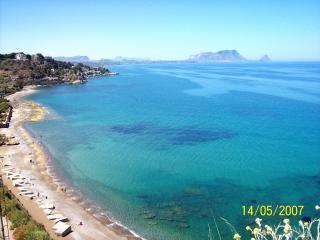 La spiaggia sottostante nel mese di maggio