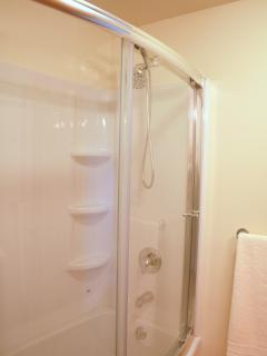 Curved shower/tub with rainfall shower heads