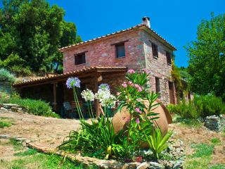 With a private garden and 3 acres of olive groves in which to relax and explore.