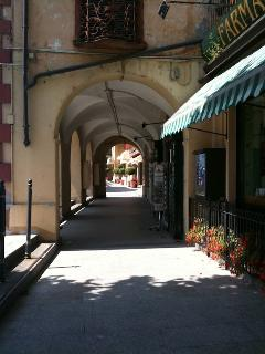 TThe portico in Tremezzo provides a haven of shade in summer with cafe-bars to enjoy refreshments