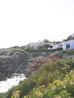 Vista del exterior de la propiedad con entrante al mar